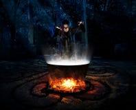 Μάγισσα στη δασική έκδοση νύχτας στοκ φωτογραφίες με δικαίωμα ελεύθερης χρήσης