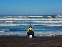 Μάγκα στην ωκεάνια παραλία στο Σαν Φρανσίσκο που κάνει κάποια κυματωγή που αλιεύει καθμένος σε μια άνω πλευρά - κάτω από τον κάδο Στοκ εικόνες με δικαίωμα ελεύθερης χρήσης