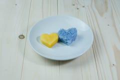 Μάγκο και πορφυρό κολλώδες ρύζι με μορφή καρδιών Στοκ Φωτογραφίες