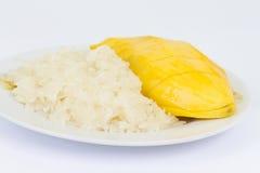 Μάγκο με το κολλώδες ρύζι στο λευκό Στοκ εικόνες με δικαίωμα ελεύθερης χρήσης