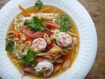 Μάγκο που τεμαχίζεται στη σαλάτα λουρίδων με τις γαρίδες Στοκ Εικόνες