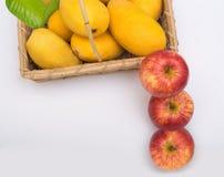 Μάγκο στο καλάθι και μήλο στο μέτωπο στοκ εικόνες με δικαίωμα ελεύθερης χρήσης