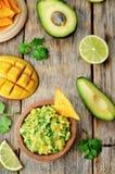 Μάγκο guacamole με τα τσιπ καλαμποκιού στοκ εικόνα με δικαίωμα ελεύθερης χρήσης