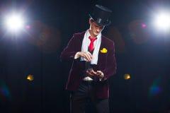 Μάγος, άτομο ζογκλέρ, αστείο πρόσωπο, μαύρος μαγικός, άτομο παραίσθησης που παρουσιάζει τεχνάσματα με τις κάρτες Στοκ Εικόνα