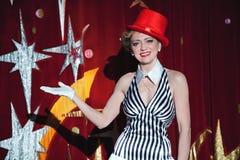 Μάγος γυναικών καλλιτεχνών τσίρκων στην πυράκτωση του επικέντρου Στοκ εικόνες με δικαίωμα ελεύθερης χρήσης