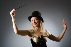Μάγος γυναικών με τη μαγική ράβδο Στοκ φωτογραφίες με δικαίωμα ελεύθερης χρήσης