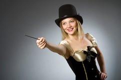Μάγος γυναικών με τη μαγική ράβδο Στοκ Εικόνες