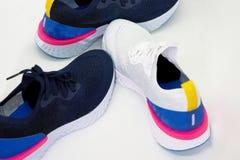 Μάζα των αθλητικών παπουτσιών στο άσπρο υπόβαθρο με το κείμενο αντιγράφων στοκ εικόνα με δικαίωμα ελεύθερης χρήσης