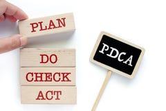 Μάζεμα με το χέρι του ξύλινου παιχνιδιού με τις λέξεις για PDCA στοκ φωτογραφίες με δικαίωμα ελεύθερης χρήσης