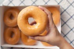 Μάζεμα με το χέρι donuts Στοκ φωτογραφία με δικαίωμα ελεύθερης χρήσης