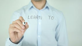 Μάθετε να αγαπιέστε, που γράφετε στη διαφανή οθόνη απόθεμα βίντεο