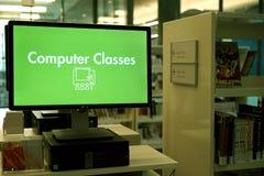 Μάθετε να είστε υπολογιστής εγγράμματος σε μια βιβλιοθήκη Στοκ Φωτογραφία