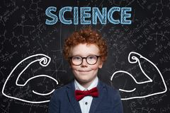 Μάθετε την επιστήμη Ισχυρός έξυπνος σπουδαστής παιδιών στο υπόβαθρο πινάκων με τους τύπους στοκ φωτογραφίες με δικαίωμα ελεύθερης χρήσης