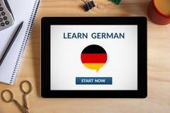 Μάθετε τη γερμανική έννοια στην οθόνη ταμπλετών με τα αντικείμενα γραφείων Στοκ φωτογραφίες με δικαίωμα ελεύθερης χρήσης