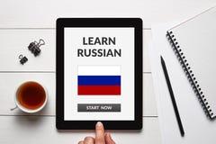 Μάθετε τη ρωσική έννοια στην οθόνη ταμπλετών με τα αντικείμενα γραφείων Στοκ εικόνες με δικαίωμα ελεύθερης χρήσης