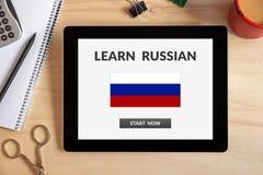 Μάθετε τη ρωσική έννοια στην οθόνη ταμπλετών με τα αντικείμενα γραφείων Στοκ φωτογραφίες με δικαίωμα ελεύθερης χρήσης