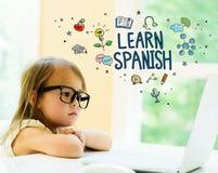 Μάθετε το ισπανικό κείμενο με το μικρό κορίτσι στοκ εικόνα με δικαίωμα ελεύθερης χρήσης
