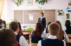 Μάθημα στις ανώτερες κατηγορίες του ρωσικού σχολείου στοκ φωτογραφία