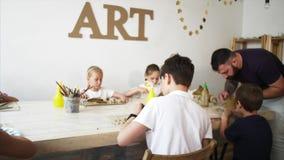 Μάθημα τέχνης στο εργαστήριο με τη διδασκαλία παιδιών και ατόμων αυτοί στο sculpt από τον άργιλο απόθεμα βίντεο