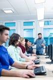 Μάθημα υπολογιστών κάτω από το προσεκτικό μάτι ενός εμπειρογνώμονα Στοκ εικόνες με δικαίωμα ελεύθερης χρήσης