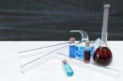 Μάθημα χημείας bipeds Πίνακας γραφείων φαρμακοποιών στο υπόβαθρο σχολικών πινάκων στοκ εικόνα