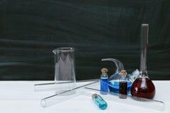 Μάθημα χημείας bipeds Πίνακας γραφείων φαρμακοποιών στο υπόβαθρο σχολικών πινάκων στοκ φωτογραφίες με δικαίωμα ελεύθερης χρήσης