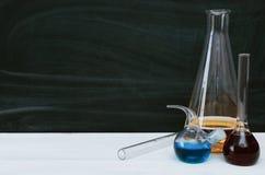 Μάθημα χημείας bipeds Πίνακας γραφείων φαρμακοποιών στο υπόβαθρο σχολικών πινάκων στοκ φωτογραφία με δικαίωμα ελεύθερης χρήσης