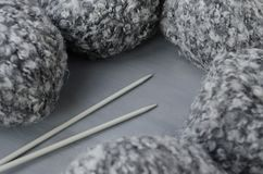 Μάλλινο νήμα μίγματος και πλέκοντας βελόνες Στοκ φωτογραφία με δικαίωμα ελεύθερης χρήσης