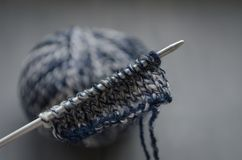 Μάλλινο νήμα μίγματος και πλεκτό σχέδιο στο πλέξιμο των βελόνων Στοκ Εικόνα