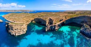 Μάλτα Σπηλιές νησιών Comino Διάσημος προορισμός στη Μάλτα Γραφική ακτή του νησιού Comino στοκ φωτογραφία με δικαίωμα ελεύθερης χρήσης