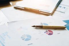 Μάνδρα ασφαλίστρου στη γραφική εργασία, τον επαγγελματικό επενδυτή και το οικονομικό δ Στοκ Φωτογραφίες