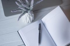 Μάνδρα και ένα σημειωματάριο στον εργασιακό χώρο Στοκ εικόνα με δικαίωμα ελεύθερης χρήσης