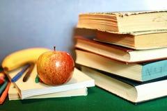 Μάνδρα μήλων σωρών βιβλίων εκπαίδευσης φωτογραφιών επίδρασης Grunge Στοκ εικόνα με δικαίωμα ελεύθερης χρήσης