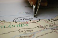 Μάνδρα που δείχνει σε έναν χάρτη ένα Λα Ceiba πόλεων της Ονδούρας Στοκ Φωτογραφίες