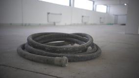 Μάνικες στο κατώτατο σημείο ενός εργοτάξιου οικοδομής σε ένα σπίτι στο έδαφος απόθεμα βίντεο