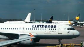 Μάντσεστερ, UK - 9 Απριλίου 2019: Ένα αεροσκάφος της Lufthansa μετακινείται με τ απόθεμα βίντεο