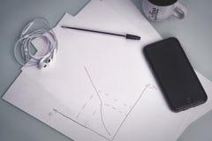 Μάνδρα για τη λήψη των σημειώσεων για χαρτί δίπλα στο smartphone σας Στοκ Φωτογραφίες