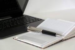 Μάνδρα, ημερολόγιο, σημειωματάριο, συσκευή, lap-top σε έναν άσπρο πίνακα Στοκ φωτογραφία με δικαίωμα ελεύθερης χρήσης