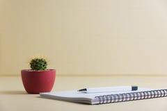 Μάνδρα και σημειωματάριο στο δωμάτιο Στοκ φωτογραφίες με δικαίωμα ελεύθερης χρήσης