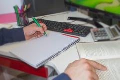 Μάνδρα κινηματογραφήσεων σε πρώτο πλάνο στους απολογισμούς γραφικής εργασίας με τον υπολογιστή χρήσης ατόμων για να σώσει τα στοι Στοκ φωτογραφία με δικαίωμα ελεύθερης χρήσης