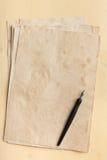 Μάνδρα μελανιού σε έναν παλαιό σωρό εγγράφου Στοκ εικόνες με δικαίωμα ελεύθερης χρήσης