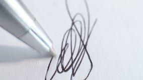 Μάνδρα που υπογράφει ένα έγγραφο φιλμ μικρού μήκους