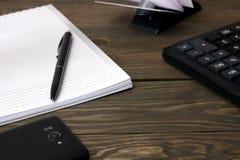 Μάνδρες, σημειωματάριο, υπολογιστής και επαγγελματικές κάρτες Στοκ εικόνα με δικαίωμα ελεύθερης χρήσης
