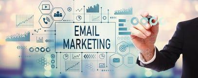 Μάρκετινγκ ηλεκτρονικού ταχυδρομείου με τον επιχειρηματία στοκ φωτογραφίες
