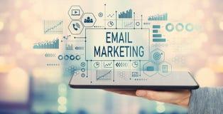 Μάρκετινγκ ηλεκτρονικού ταχυδρομείου με τον υπολογιστή ταμπλετών στοκ φωτογραφία