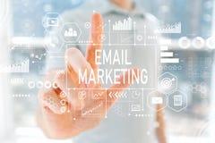 Μάρκετινγκ ηλεκτρονικού ταχυδρομείου με το νεαρό άνδρα στοκ φωτογραφία με δικαίωμα ελεύθερης χρήσης