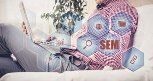 Μάρκετινγκ μηχανών SEM-αναζήτησης απεργός στρατηγικής εκμετάλλευσης χεριών έννοιας επιχειρησιακών επιχειρηματιών μπέιζ-μπώλ Στοκ Εικόνες