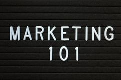 Μάρκετινγκ 101 στις άσπρες επιστολές σε έναν πίνακα ανακοινώσεων Στοκ φωτογραφίες με δικαίωμα ελεύθερης χρήσης