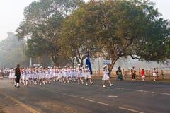 Μάρτιος από μπροστά των σχολικών κοριτσιών της Ινδίας ` s Στοκ Εικόνα