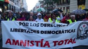 Μάρτιος της διεθνούς αντι αμνηστίας καταστολής στις οδούς της Μαδρίτης, Ισπανία απόθεμα βίντεο